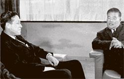 62年11月12日、金鍾泌中央情報部長(左)が日本の外務省で大平正芳外相と対日請求権資金を交渉している。(写真=金鍾泌元首相秘書室)