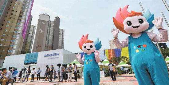 光州ユニバーシアード大会を10日後に控えた23日、光州広域市西区華亭洞の大会選手村前でマスコットであるヌリビが手を振っている。