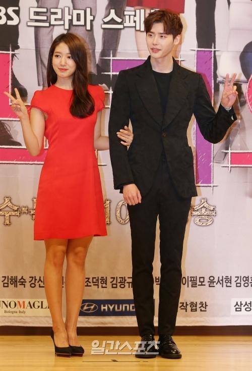 女優のパク・シネ(左)と俳優イ・ジョンソク