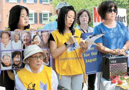 1日(現地時間)、ワシントンの在米日本大使館の前で開かれた「水曜集会」の様子。