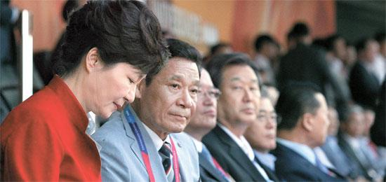 左から朴大統領、尹壮鉉(ユン・チャンヒョン)大会組織委員長、鄭義和(チョン・ウィファ)国会議長、金武星(キム・ムソン)セヌリ党代表、文在寅(ムン・ジェイン)新政治民主連合代表、金正幸(キム・ジョンヘン)大韓体育会長。(写真=青瓦台写真記者団)