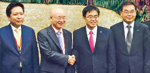 1日、愛知県庁で韓日(愛知)経済交流会が開かれた。大村秀章愛知県知事(右から2人目)が李鍾允(イ・ジョンユン)韓日経済協会副会長と握手している。