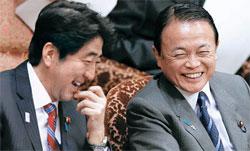 2013年2月の参議院予算委員会で並んで座った安倍晋三首相(写真左)と麻生太郎副総理。(写真=中央フォト)