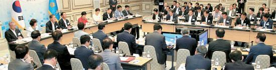 朴槿恵(パク・クネ)大統領が主宰する第8回貿易投資振興会議が9日、青瓦台(チョンワデ、大統領府)で開かれた。この会議で輸出活性化のために116兆ウォンを投じると発表した。再建築投資の活性化、買収・合併(M&A)促進などによるベンチャー・創業ブーム拡散といった対策も出された。(写真=青瓦台写真記者団)
