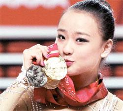 体操の妖精ソン・ヨンジェが女王に生まれ変わった。ソン・ヨンジェが、首にかけたメダルにキスをしている。