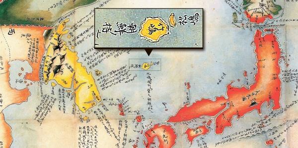 朝鮮の領土は黄色、日本の領土は赤=1802年に刊行された林子平の「大三国之図」。日本と周辺国の境界および形勢が細かく描かれた接壌地図だ。地図の中で日本は赤、朝鮮は黄色で塗られている。拡大した部分は地図に含まれた鬱陵島と独島の姿。鬱陵島には19世紀初めまで日本が鬱陵島を示した名称の「竹嶋」と、独島には当時の日本の名称である「松嶋」と表記され、朝鮮の領土に含められている。鬱陵島の左に「朝鮮のもの(朝鮮ノ持之)」という解説が付いている。(写真=ウリ文化を守る会)