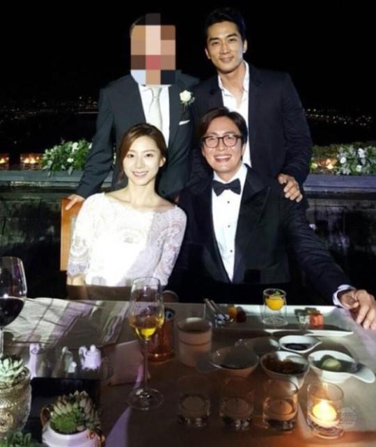 俳優ペ・ヨンジュン(下段右)とパク・スジンの結婚式での様子。(写真=ソン・スンホンのツイッター)