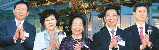 昨年9月、ベトナム・ハノイで開かれた「ロッテセンターハノイ」開館式。左側から辛東彬(シン・ドンビン)ロッテ会長、辛英子(シン・ヨンジャ)ロッテサムドン福祉財団理事長。右側は辛東主(シン・ドンジュ)前日本ロッテ副会長。(中央フォト)