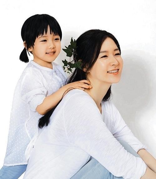 チョン・スンビンさん(左)と女優イ・ヨンエ。