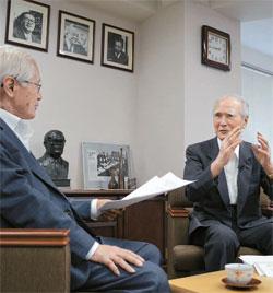金永熙(キム・ヨンヒ)論説委員(左)が村山元首相と28日、東京の社民党本部で対談している。