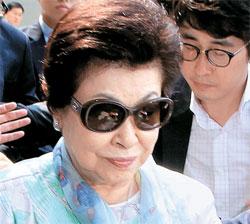 辛東彬ロッテグループ会長と辛東主前日本ロッテ副会長の母の重光初子氏が30日午後、金浦空港を通じて入国した。
