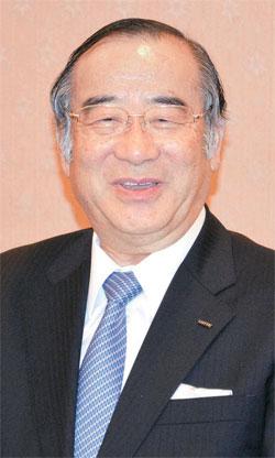 日本ロッテホールディングスの佃孝之社長が4日、東京の帝国ホテルで記者会見をしている。