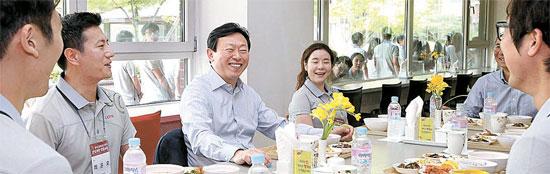 辛東彬(シン・ドンビン)ロッテグループ会長(左から3人目)が4日、京畿道烏山のロッテ人材開発院を訪問した。辛東彬会長は新入社員と一緒に昼食を取り、「ロッテグループの経営が揺れることはないので心配しないでほしい」と語った。(写真=ロッテグループ)
