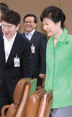朴槿恵(パク・クネ)大統領が10日、青瓦台(チョンワデ、大統領府)首席秘書官会議に参加した。朴大統領はこの日、労働改革の推進を再び強調した。(写真=青瓦台写真記者団)
