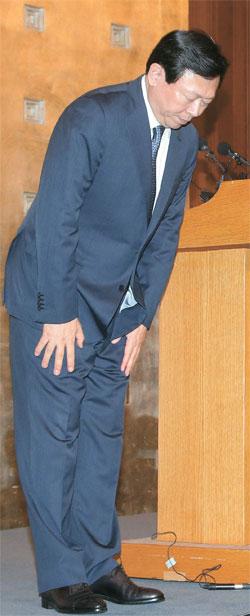 辛東彬(シン・ドンビン)ロッテグループ会長が11日、ソウルロッテホテルで記者会見を開き、「国民の皆様に最近の事態で多くのご迷惑をお掛けし、心よりお詫びします」と述べた。