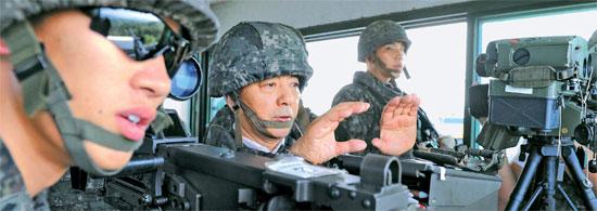 8月10日、北朝鮮の「木函地雷」挑発が発生した京畿道坡州に近い最前方監視哨所(GP)を訪れた韓民求国防部長官(左から2人目)。(写真=韓国国防部)