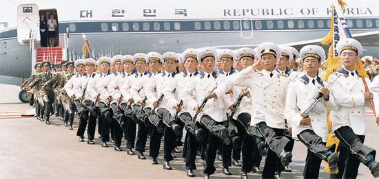 北朝鮮軍儀仗隊が2000年6月13日、平壌(ピョンヤン)順安(スンアン)空港に到着した金大中(キム・デジュン)大統領と当時金正日総書記に向かって分列している。当時の歓迎式では「帝国主義侵略者は一つ残らず打ち砕こう」という歌詞が繰り返される「朝鮮人民軍歌」と「武装帝国主義侵略者を打ち砕き…」という内容の「遊撃隊行進曲」が演奏された。(写真=中央フォト)