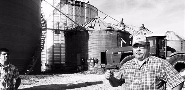 米国アイオワ州デモインのある農業専門家が、穀物産地エレベーターの役割と機能を説明している。米国にある産地エレベーターは8600カ所に達する。