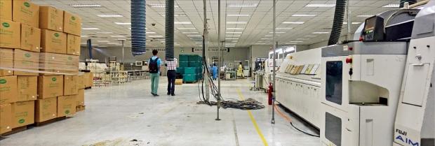 サムスン電子の注文物量急減で中国天津にある大宝電子携帯電話部品工場に設備でく在庫品が積まれている。