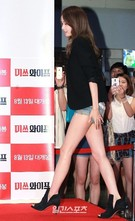 5日、ソウル江南区三成洞COEXメガボックスで開かれた映画『ミスワイフ』のVIP試写会に登場した少女時代のユナ。