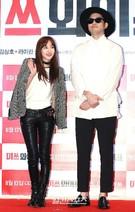 5日、ソウル江南区三成洞COEXメガボックスで開かれた映画『ミスワイフ』のVIP試写会に登場した2NE1のダラ(左)とジヌションのジヌ。