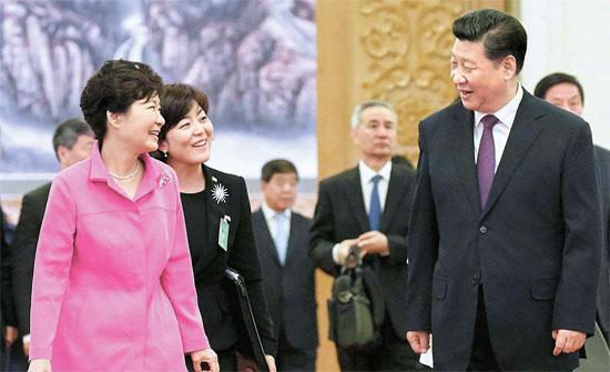 朴槿恵(パク・クネ)大統領が2日、中国北京の人民大会堂で習近平国家主席(写真右)と首脳会談を終えた後、昼食場である西大庁舎へ一緒に移動している。