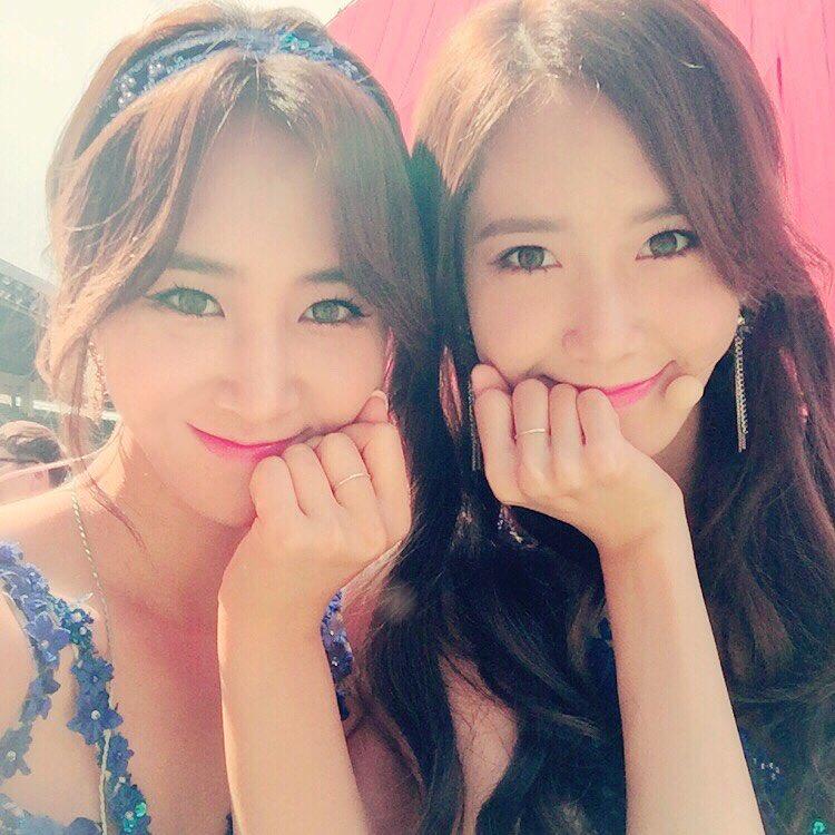 少女時代のユリ(左)とユナ(写真=ユリのSNS)