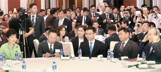 左側から朴大統領、朴容晩(パク・ヨンマン)大韓商工会議所会長、上海副市長、韓碩熙(ハン・ソクヒ)駐上海総領事、金仁浩(キム・インホ)貿易協会会長。