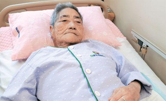 97歳の金福得(キム・ボクドゥク)さんは生存する慰安婦被害の中で最高齢だ。積極的に被害を証言し、慰安婦問題解決のための行事にもよく出席していた。しかし現在は健康が悪化し、高齢者専門病院で治療を受けている。コミュニケーションも容易ではない金さんだが、「きちんと謝罪を受けなければいけない」という言葉だけは力強く語った。