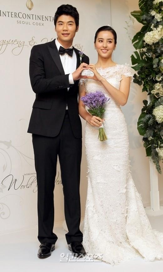 サッカー選手の奇誠庸(左)と妻で女優のハン・ヘジン