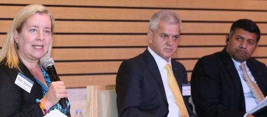 17日に開かれた「外国企業CEOが見つめる韓国の労働市場」座談会で、エミー・ジャクソン駐韓米国商工会議所会長が発言している。左からジャクソン会長、ホシャ韓国GM社長、ドラスワミ駐韓インド大使。(写真=韓国経済研究院)