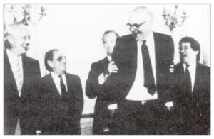 1985年9月22日、プラザ合意に署名した後に笑うG5財務長官。(中央フォト)
