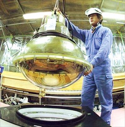 日本の「浜松ホトニクス」の技術者がニュートリノ観測施設カミオカンデに「光電子増倍管」を設置している。カミオカンデは世界で初めてニュートリノの観測に成功した。(写真=スーパーカミオカンデ観測所提供)