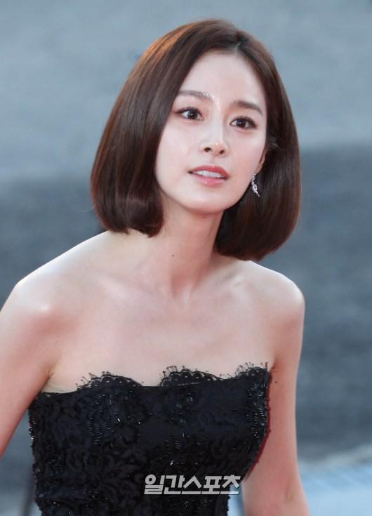 女優キム・テヒ、肩出しドレスで...