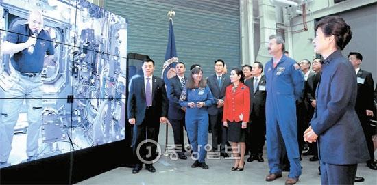 朴槿恵(パク・クネ)大統領が14日(現地時間)、アメリカ航空宇宙局(NASA)ゴダード宇宙飛行センターを訪れて国際宇宙ステーションに滞在中のスコット・ケリー飛行士(映像の中の人物)を見ている。ケリー飛行士は「歓迎する」というメッセージを送った。