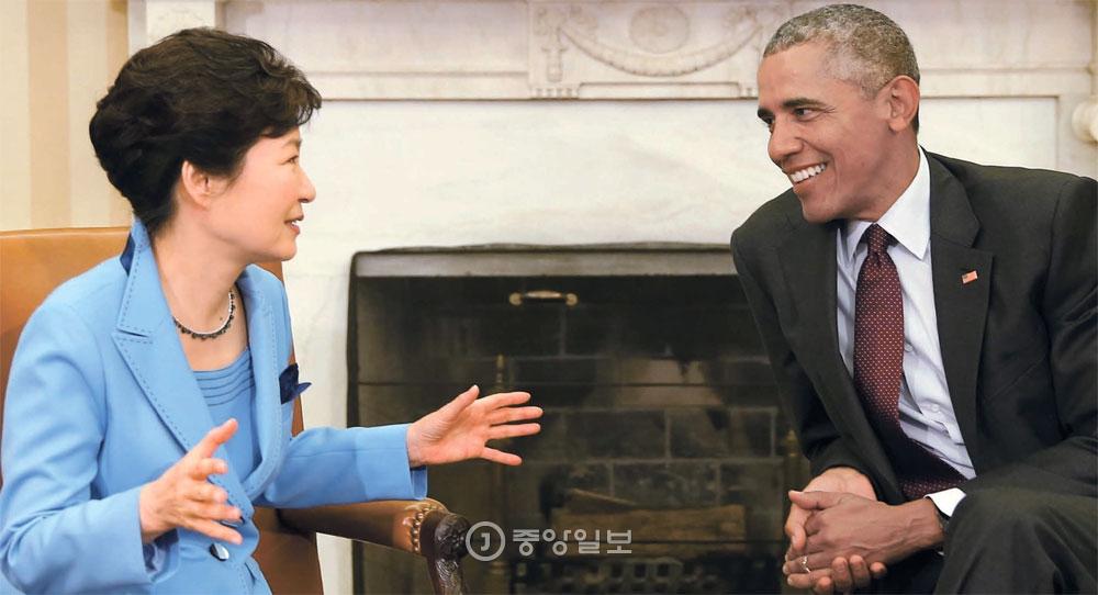 朴大統領とオバマ米大統領が16日(現地時間)、ホワイトハウスで4回目の首脳会談を行った。両首脳は首脳会談後、「2015北朝鮮に対する韓米共同声明」を発表し、「北朝鮮が弾道ミサイル技術を利用した発射または核実験を強行する場合、国連安保理の追加措置を含む代償を支払うことになるだろう」と警告した。
