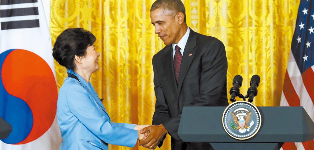 朴槿恵大統領(左)とオバマ大統領が16日にホワイトハウスで共同記者会見をした後に握手している。両首脳は最初片手で握手したがオバマ大統領が先に両手を握ると朴大統領もまねて微笑を浮かべた。