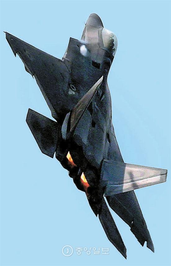 19日、城南のソウル空港で飛行している米国戦闘機F-22「ラプター」。