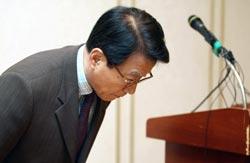 プロ野球サムスンの金仁(キム・イン)社長が20日、選手の賭博疑惑について謝罪している。