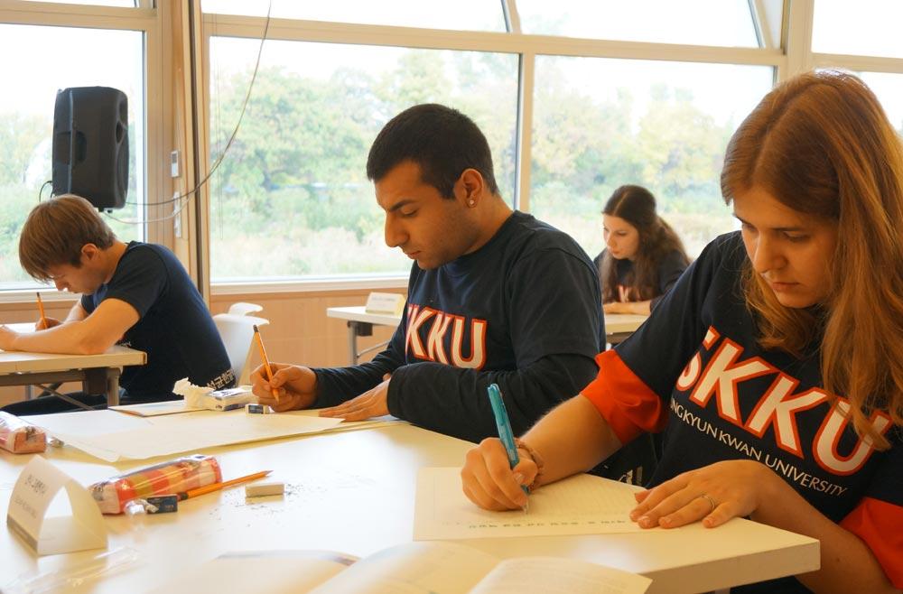 20日オーストリアのウィーンにある韓国人文化会館で開かれた「成均(ソンギュン)ハングル文芸コンテスト」で外国の学生たちが作文をしている。