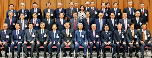 韓国の全国経済人連合会と日本の経団連は26日、東京経団連会館で「第25回韓日財界会議」を開いた。韓国側からは許昌秀(ホ・チャンス)全経連会長ら経済界の代表者16人、日本側からは榊原定征経団連会長ら22人が参加した。(写真=全経連提供)