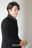 30日、ソウル江南区新寺洞ホリムアートセンターで行われたUNIQLO and LEMAIRE(ユニクロ アンド ルメール)」商品発表会に登場した俳優のヒョンビン。