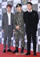 29日、ソウル中区獎忠洞の国立劇場で開かれた「2015大韓民国大衆文化芸術賞」に出席したJYJの(左から)キム・ジュンス、キム・ジェジュン、パク・ユチョン。