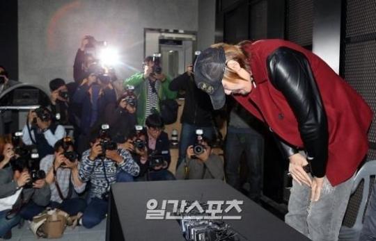 13日、ソウル清潭洞ロードFC狎鴎亭ジムで謝罪するチェ・ホンマン。