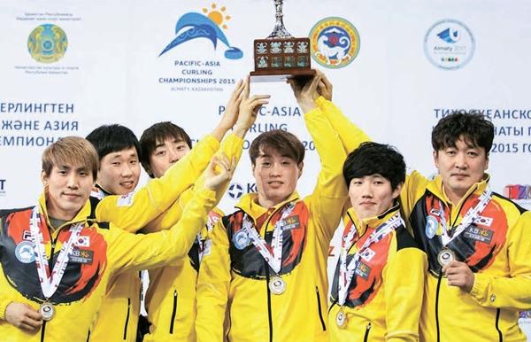 パシフィック・アジア選手権で日本を破って優勝した韓国男子カーリング代表のキム・スヒョク、キム・テファン、パク・ジョンドク、ナム・ユンホ、ユ・ミンヒョンとヤン・セヨン監督(左から)。(写真=大韓カーリング連盟)