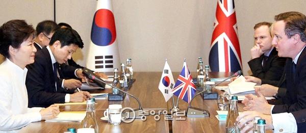 朴槿恵大統領が15日午後、トルコ南部アンタルヤで英国のキャメロン首相(右)と会談をしている。朴大統領は「国際社会のテロ清算努力に参加するだろう」と話した。朴大統領は16日に次の日程であるアジア太平洋経済協力会議(APEC)出席のためフィリピンのマニラに向かった。