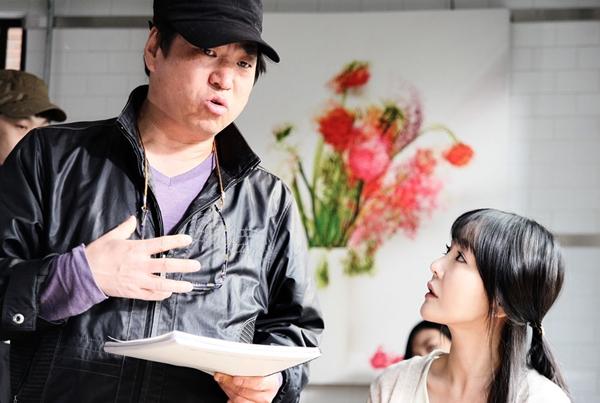 キム・ジンホン監督(左)と映画『偽善者たち』のヒロインで女子大生役を演じた女優のソン・ウンジン。(写真=映画会社メイプラス)