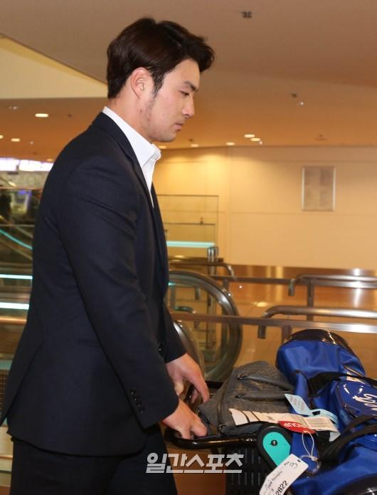 韓国代表が日本代表とのプレミア12準決勝のため18日、東京入りした。羽田空港に到着した朴炳鎬(パク・ビョンホ)。