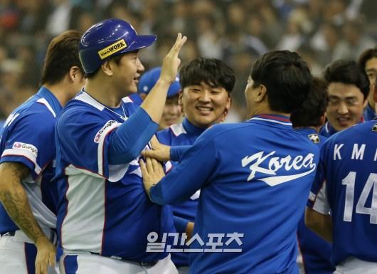 19日午後7時、東京ドームで行われた「2015WBSCプレミア12」準決勝の韓国-日本戦で、李大浩がチームメートから祝福を受けている。