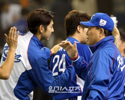 19日に東京ドームで行われた「2015WBSCプレミア12」準決勝の韓国-日本戦で、9回表に大逆転して日本に勝った後、イ・デウンが金寅植監督とハイファイブしている。